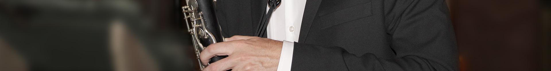Nahaufnahme Hand mit Klarinette