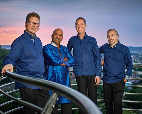 Reinald Noisten blau gekleidet Klezmer Musik
